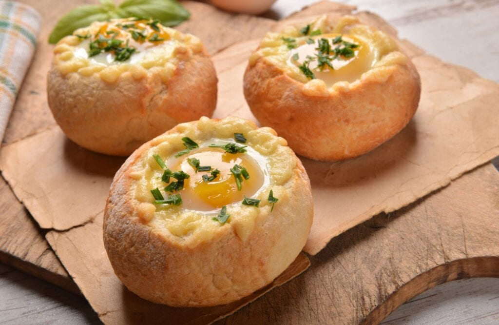 Gevulde Kaiserbroodjes met ei